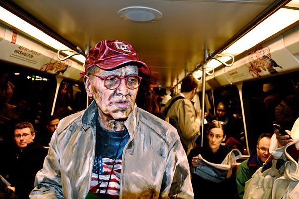 Timmy trên xe điện ngầm - Acrylic trên người thật