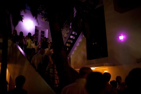 Hai trụ đèn nhỏ đặt ở góc cầu thang, trụ bên phải mang tông màu nóng. Mỗi trụ đèn có 16 màu thay đổi liên tục, tương tác với nhau