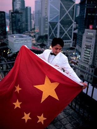 Steve McCurry - Thay cờ Trung Quốc cho cờ Anh trên nóc khách sạn Mandarin Oriental, 1997