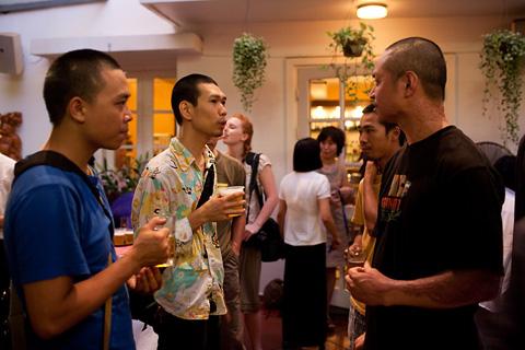 Nghệ sĩ Nguyễn Mạnh Hùng cùng bạn bè trong lúc chờ đợi