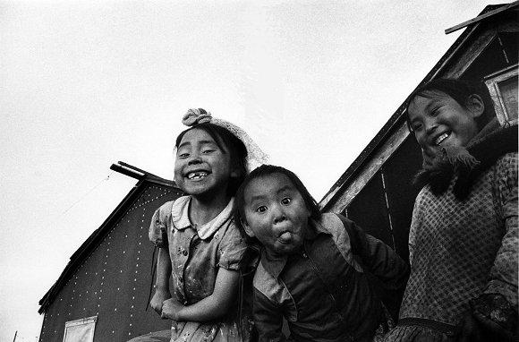 """Những cái nhăn mặt ở Kotzebue, Alaska 1955. Jean-Philippe Charbonnier từng bảo, """"Tất cả trẻ con trên thế giới cười nhăn một kiểu như nhau."""""""