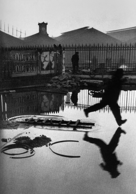 Behind the Gare Saint-Lazare, 1932 (Đằng sau Ga Saint Lazare), được coi là tác phẩm nổi tiếng nhất của Henri