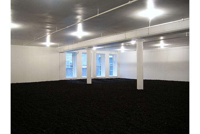 Tác phẩm Earth Room (1977) của Walter De Maria (tái hiện lại tác phẩm năm 1968 ở München)