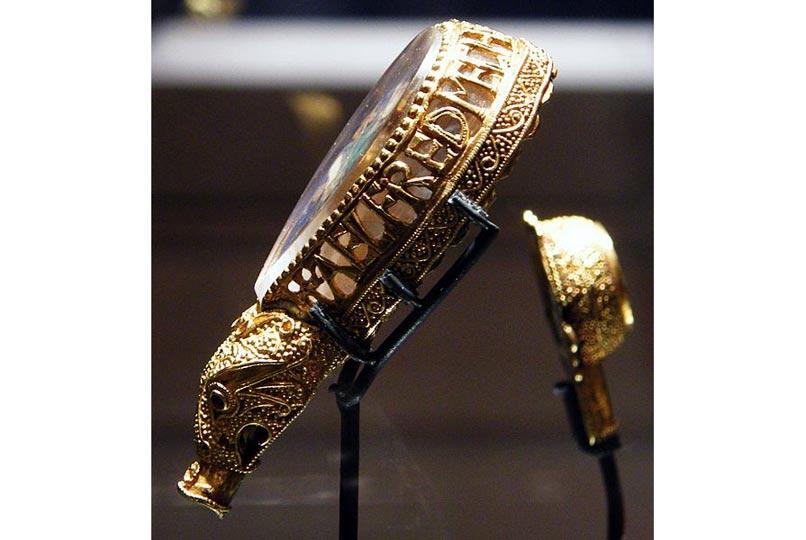 """Một món kim hoàn do Alfred đặt làm, hiện nằm tại bảo tàng Ashmolean ở Oxford. Sách vở ghi chép rằng Alfred đặt làm nhiều thanh trượng bằng vàng để tặng các giám mục, và đây có thể là một phần còn sót lại của một thanh trượng (những thanh trượng còn lại giờ đã mất hút). Ở trên mảnh vàng có khắc chữ """"Alfred had me made"""""""