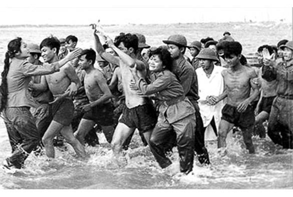 """Chu Chí Thành, bộ ảnh """"Từ ngục tối thắng lợi trở về"""" Nghẹn ngào đón mừng các chiến sĩ thắng lợi trở về (Quảng Trị 1973)"""