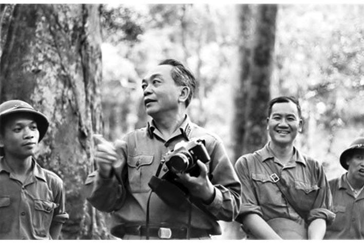 """Vương Khánh Hồng, cụm ảnh: """"đường Trường Sơn - đường Hồ Chí Minh những năm đánh Mỹ"""" Đại tướng Võ Nguyên giáp yêu bộ đội và những cánh rừng Trường Sơn."""