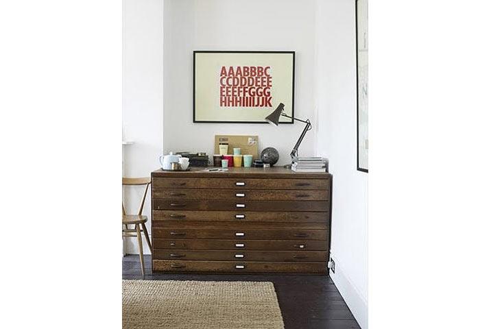 Trong lúc đợi có thể mua tranh thật, có thể tạm treo một bức rất đơn giản trong nhà
