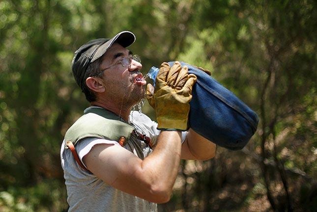 Sau đó anh Juan mệt quá, phải uống nước xả hơi.