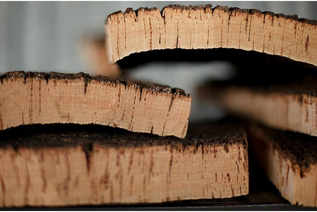 Vỏ cây sau khi luộc mềm và để ráo nước, các thớ gỗ đã bắt đầu nhìn giống nút bần đậy rượu.