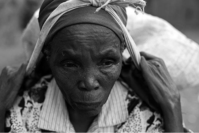 Ngoài tiền nhặt rác, một tuần một lần bà còn may mắn  nhận được rau quả tươi từ một nhà thờ địa phương.