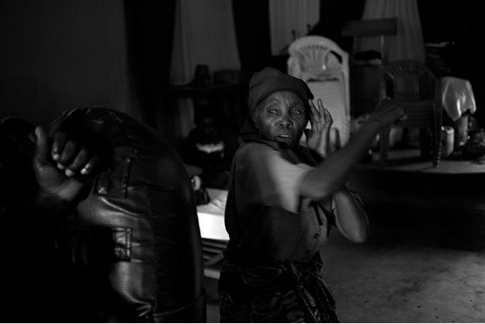 Bà Gachenga tập đứng tư thế phòng thủ. Phòng tập cũng mở một nhóm hỗ trợ dành cho phụ nữ, nếu một thành viên của nhóm bất ngờ ngưng không đến tập, các thành viên khác sẽ tủa ra đi tìm.