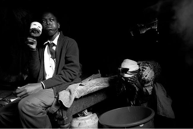 bà Gachenga rửa mặt sau khi chuẩn bị bữa sáng cho cháu trai. Khoa Y của trường đại học Standford mở cuộc nghiên cứu về các buổi tập võ, và phát hiện ra rằng tập võ đã làm giảm tỷ lệ quấy rối tình dục ở khu ổ chuột Korogocho.