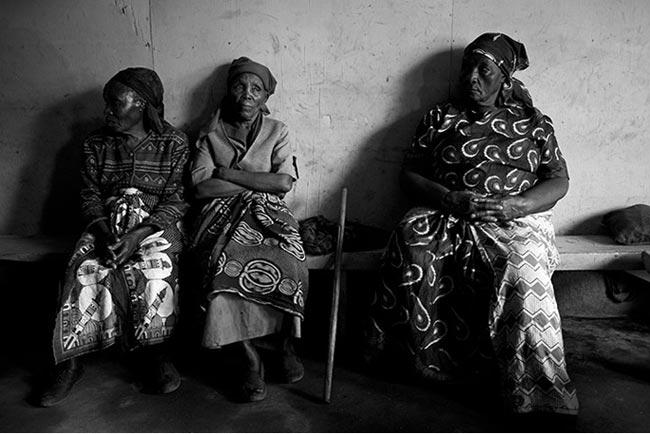 Bà Gachenga (giữa) ngồi đợi ngoài hành lang trước giờ vào lớp học võ. Lớp học mở từ năm 2007, và cho tới thời điểm này, các bô lão liên tục kéo đến luyện tập.