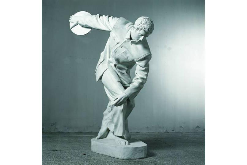 """Sui Jianguo, """"Study of Lines of Clothes - Discobolus"""" (Các đường nét của quần áo – Lực sĩ Ném đĩa), điêu khắc, 1998"""