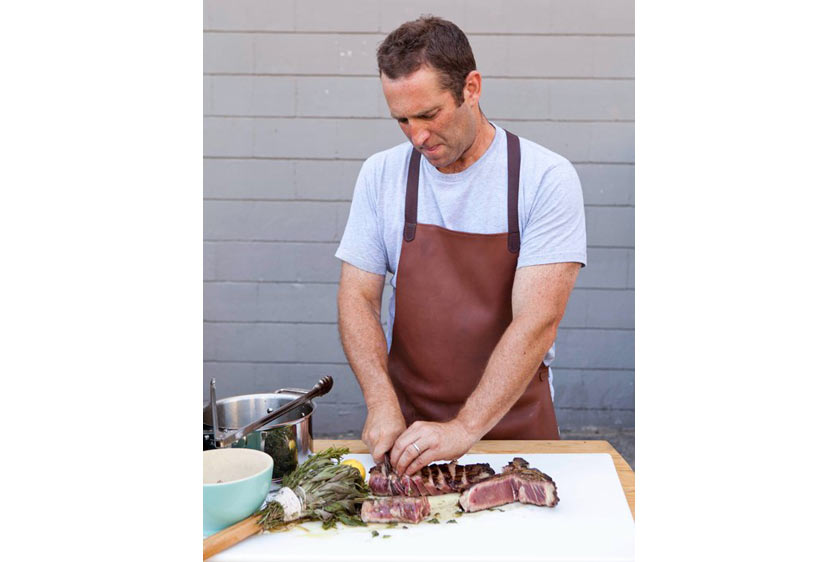 Anh Adam cắt miếng thịt ra và trộn với nước sốt
