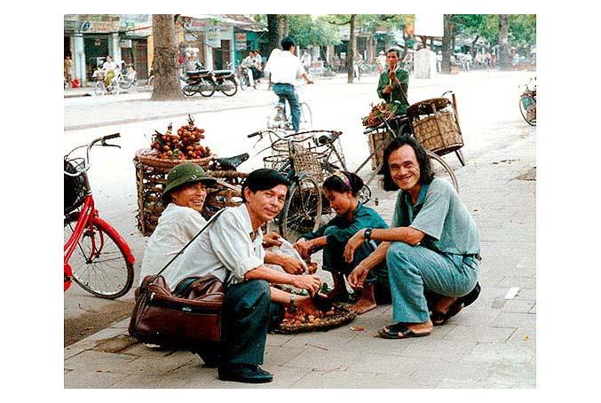 Nhà thơ Nguyễn Lương Ngọc (áo xanh) và nhà thơ Nguyễn Ngọc Hạnh trên phố Hà Nội