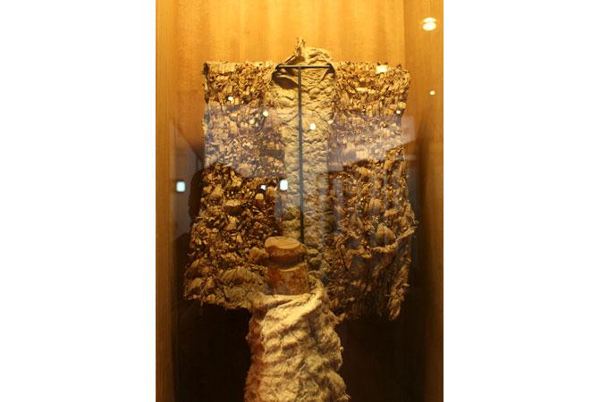 Áo làm từ vỏ cây của người Bru-Vân Kiều.