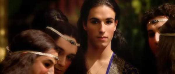 Người tình Bagoas của Alexander trong bộ phim năm 2004. Cảnh giữa hai anh này diễn ra chóng vánh và bị cắt gần hết