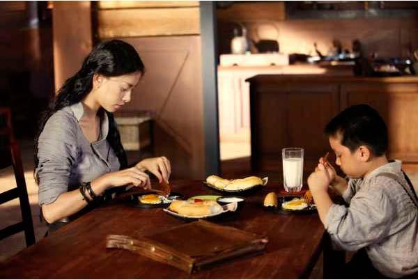 Trong phim, cô cho con dùng bữa sáng rất Tây.