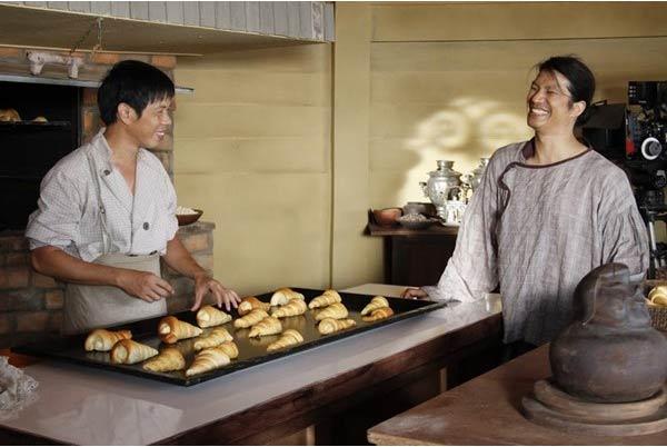 Tại xưởng bánh của Hiền (chồng Ánh).
