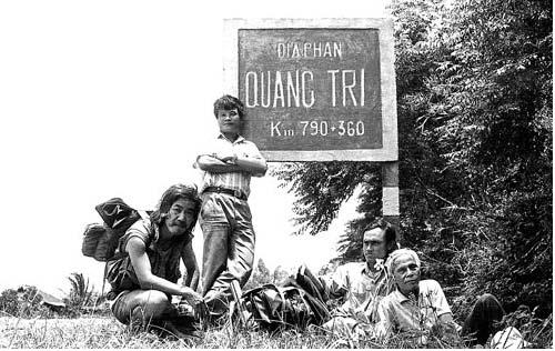Ảnh chụp trong chuyến xuyên Việt, từ trái sang: nhà văn Hòa Vang, nhiếp ảnh gia Nguyễn Đình Toán, nhà thơ Nguyễn Lương Ngọc, nhà thơ Hoàng Cầm