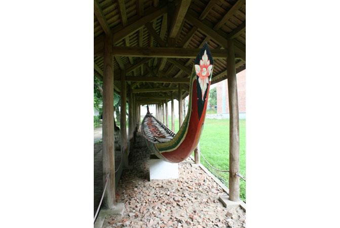 Chiếc ghe ngo dùng để đua trên sông của người Khơme (Kiên Giang) đóng bằng gỗ sao năm 1988.
