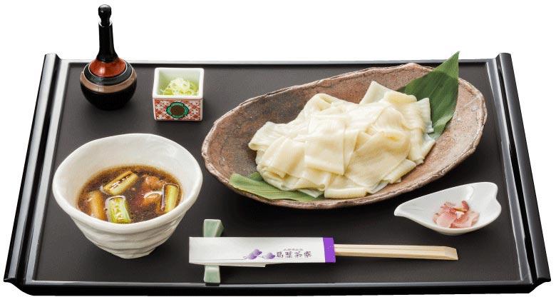 Món Himokawa udon ăn lạnh với nước chấm cay.