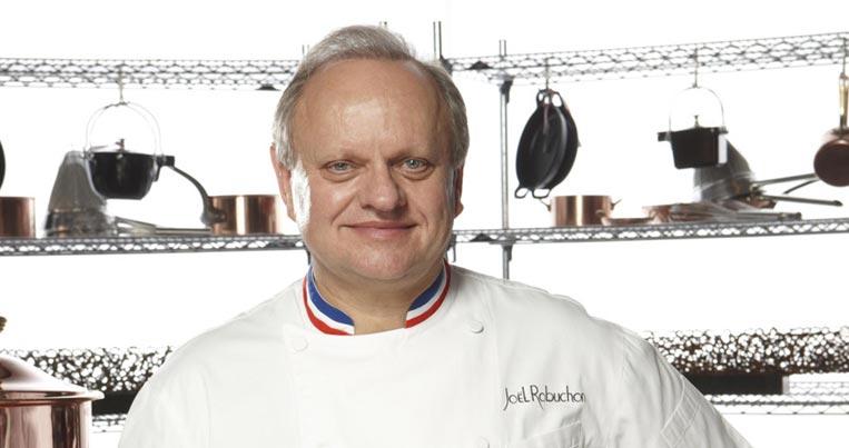 """Mọi người thấy cổ áo của ông Robuchon có màu cờ Pháp không? Ai lấy được danh hiệu Meilleur Ouvrier de France mới được mặc cổ áo này. Quáy trình thi lấy danh hiệu kinh khủng còn hơn lấy sao Michelin. Bạn nào tò mò muốn biết thêm có thể xem phim tài liệu """"King of Pastry""""."""