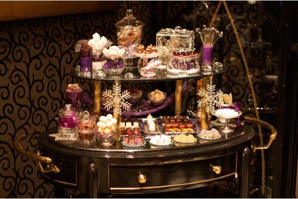 """Nếu không thích gọi món trong menu tráng miệng thì có thể kêu bồi đẩy ra một """"bàn"""" tráng miệng đặc biệt trong ngày như thế này tại nhà hàng của Robuchon"""