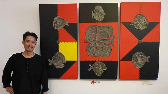 Họa sĩ Lâm Thanh bên tác phẩm Tích tụ của biển đoạt giải năm 2013 - Ảnh: Quang Thi (Tuổi Trẻ)