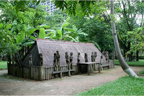 Nhà mồ Giarai. Trong nhà mồ này có thể chôn khoảng 30 người chết. Bên trong, các ché, bát, đĩa, chai, chén và mô hình dụng cụ lao động là những đồ dùng cho cuộc sống của người quá cố.