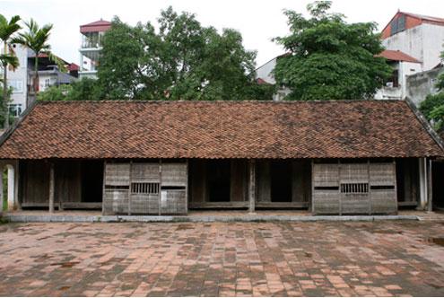 Đây là căn nhà năm gian của người Việt có chiều cao thấp. Theo tục xưa, nhà không được cao hơn đình.
