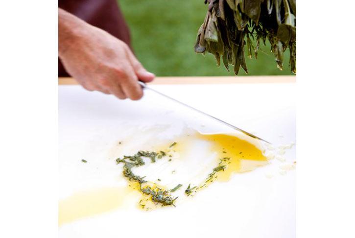 Trộn dầu olive với nước thịt và lá thơm băm nhuyễn