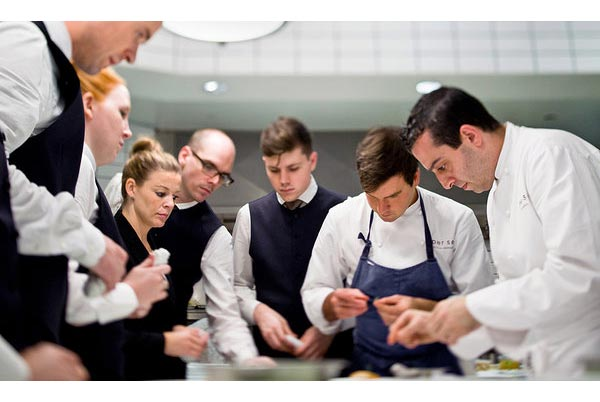 Các bồi bàn của nhà hàng Per Se đang học về món ăn, họ nhìn bếp trưởng nấu, sau đó phải ghi nhớ từ nguyên vật liệu đến cách làm để tư vấn cho khách khi cần.