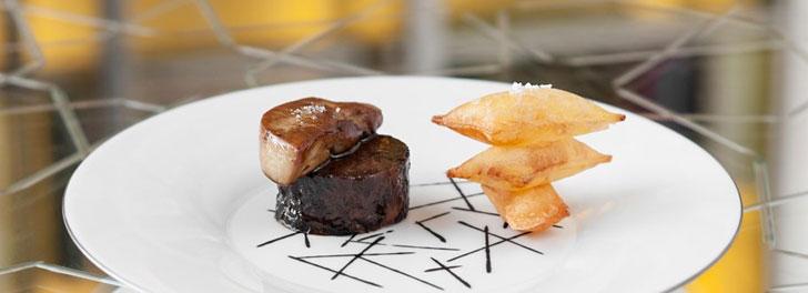 Thịt bò, Foie gras, và khoai tây phồng của ông Alain. Nhìn thế chứ muốn khoai tay phồng không phải là… ghép hai miếng khoai tây lại, mà chiên miếng khoai tây 2 lần trong hai nhiệt độ khác nhau. Chỉ cần sai tý xíu là nó hổng phồng.