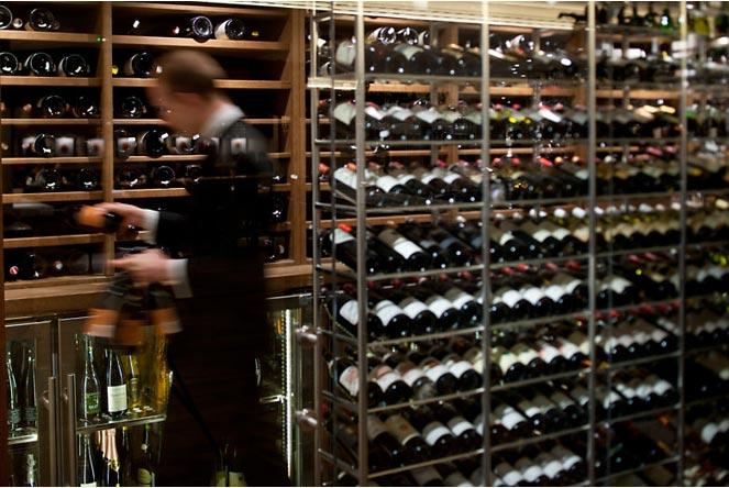 Bồi đang lựa rượu tại hầm rượu của nhà hàng Daniel. Nhiều rượu thế, học thuộc xong chắc xỉu.