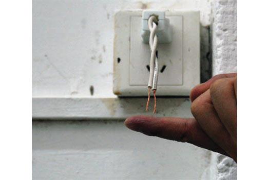 Safety Distance, 2010, Bắc Kinh: dùng một ngón tay, dí vào dây điện trần trong 10 phút.
