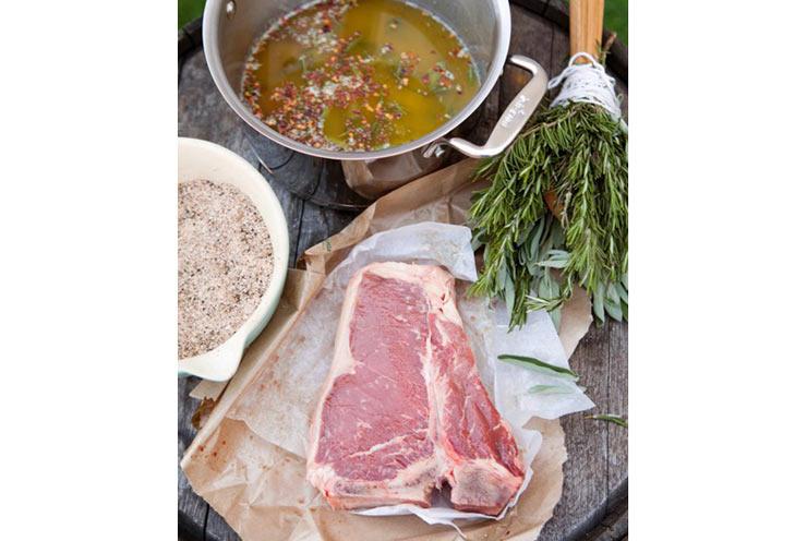 Thịt bò, các loại lá thơm, muối tỏi, tiêu. Trong nồi: bơ nấu chảy cùng vài lát lá thơm và ớt khô (ghét ăn cay thì khỏi bỏ ớt)