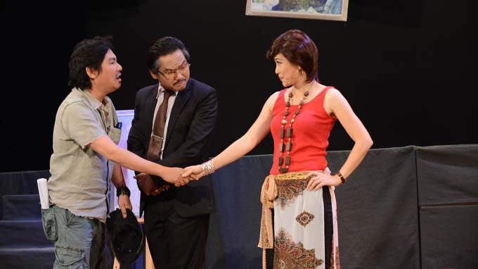 """Từ trái qua: Nhà thiết kế Sỹ Hoàng, Thanh Tuấn và Tuyết Thu trong vở """"Trò chơi tham vọng"""" (Ảnh: Trần Tiến Dũng, Tuổi Trẻ)"""