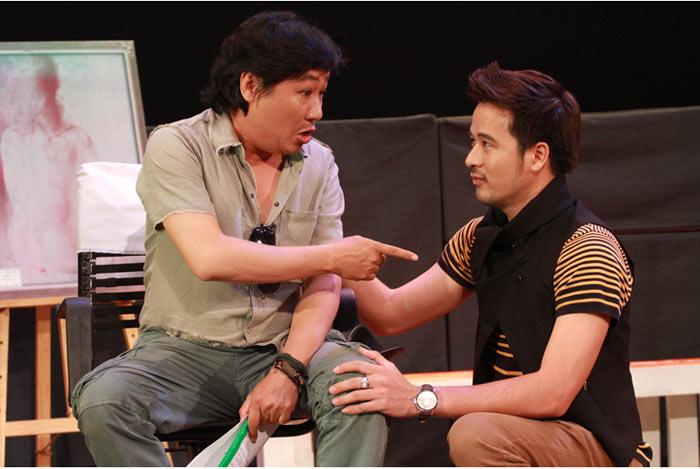 """Nhà thiết kế Sỹ Hoàng (trái) vào vai đạo diễn An Khương trong """"Trò chơi tham vọng"""" (Ảnh: Huy Nguyễn)"""