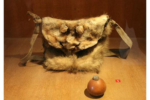 Túi da thú và bầu đựng thuốc súng của người Khơmú - Sơn La.