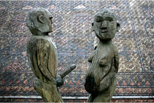 Tượng trai gái giao hoan, phô ra bộ phận sinh dục và tượng phụ nữ mang thai đều liên quan đến sự sinh sôi.