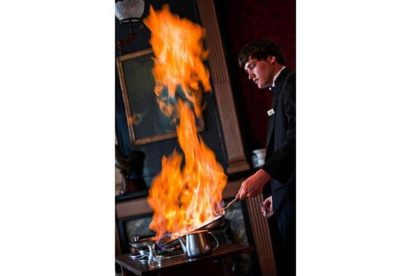 Tất cả các bồi bàn còn phải học một số kỹ năng nấu nướng tại chỗ (như kỹ thuật Flambé đốt lửa trong hình) khi phục vụ những món phải nấu trước mặt thực khách.
