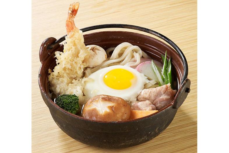 Món nabeyaki udon của một nhà hàng Nhật ở Úc, bên trên bỏ đủ thứ  (chớ udon làm gì có bông cải xanh)  thôi nhập gia nó phải tuỳ tục.