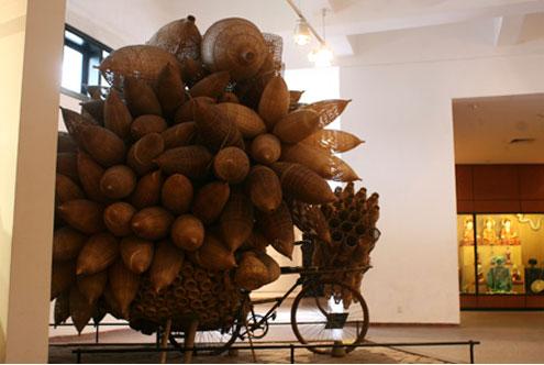 """Những hiện vật trưng bày tại bảo tàng Dân tộc học VN đều mang đậm bản sắc văn hóa dân tộc, ở đó mỗi bản sắc văn hóa vùng miền lại có góc """"khoe sắc"""" riêng, rất độc đáo. Đây là chiếc xe đạp trở đó của đồng bào miền Bắc."""